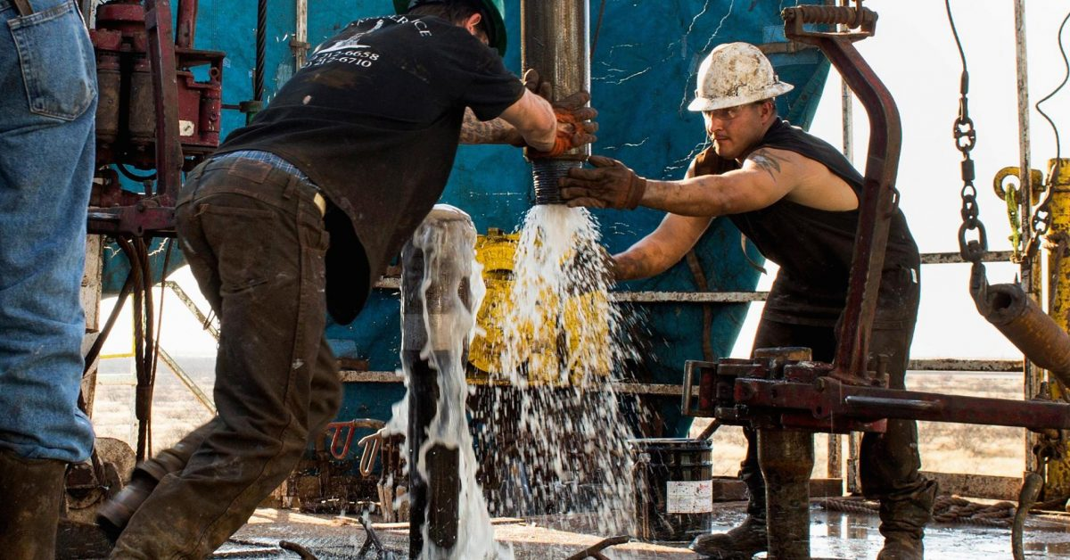 U.S. cut oil rigs for record 11th month -Baker Hughes