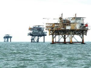 Oil companies make few bids in U.S. offshore lease auction