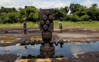 Oil-well-head-and-attendant-pollution-in-the-Niger-delta-380x240.jpg