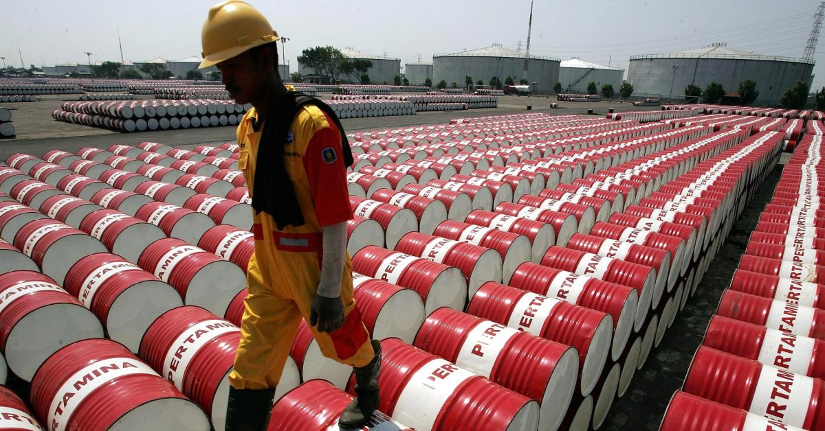 U.S. crude stocks rise even as refiners boost runs -EIA