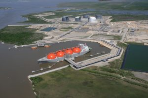 Big U.S. liquefied natgas players move fast, the small race to keep up