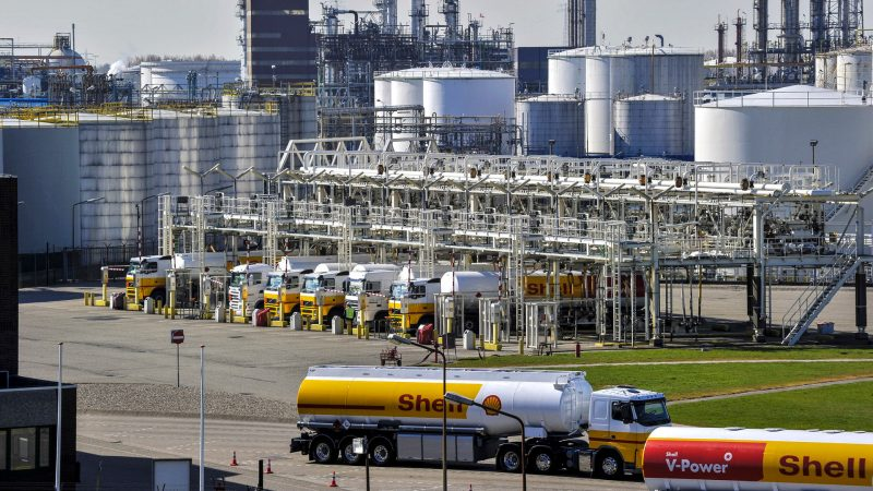 Shell says gas leak on unit at Pernis oil refinery under control